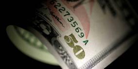 الدولار يتراجع  مع انخفاض عوائد سندات الخزانة الأميركية