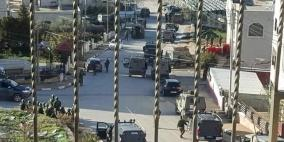 الاحتلال يحاصر 15 مواطنا في مصنع برام الله