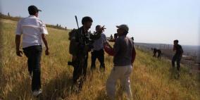 """مستوطن مسلح يهاجم طاقمي تلفزيون فلسطين و""""مقاومة الجدار"""" جنوب نابلس"""
