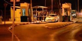 الاحتلال يعتقل مواطنا ويطلق النار على مركبة بالخليل