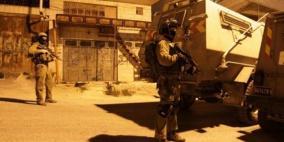 اعتقال 12 مواطنا وجنود الاحتلال يسرقون أموالا في رام الله