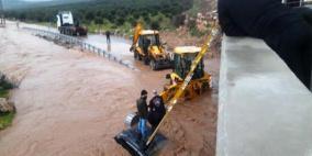 انقاذ 3 أشخاص بينهم طفل من سيارة جرفتها مياه الأمطار