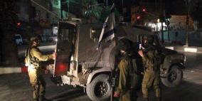 الخليل: الاحتلال يعتقل مواطنين ويستولي على مركبة