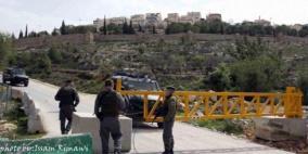 الاحتلال يغلق مدخل قرية راس كركر وينصب بوابة على مدخلها الآخر