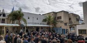 أهالي قلقيلية يؤدون الصلاة في ساحة مستشفى الوكالة
