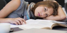 الدراسة على السرير أم المكتب.. أيهما أفضل للدماغ؟