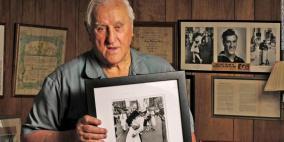 """وفاة صاحب أشهر """"قبلة"""" في التاريخ عن 95 عاما"""