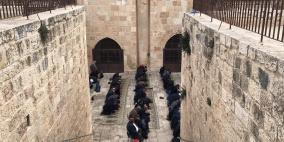 """رغم اجراءات الاحتلال.. أداء صلاة العصر في """"باب الرحمة"""""""