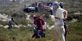 مستوطنون يهاجمون قرية المغير ويسيجون أراض في الأغوار