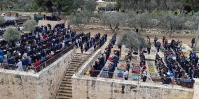 عشرات الآلاف يؤدون الجمعة في الأقصى ومصلى الرحمة
