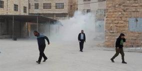 الاحتلال يهاجم مدارس الخليل واصابات في صفوف المعلمين والطلبة