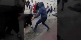 فيديو.. مستوطنون يعتدون على سيدة وابنها في الخليل