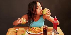 احذر.. تناول الطعام بسرعة يؤدي لهذه المخاطر الصحية