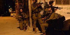 مستوطنون يصيبون شابا والاحتلال يعتقل 15 مواطنا من الضفة