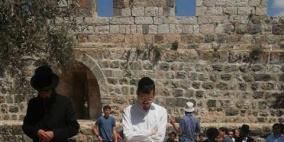 """مستوطنون يؤدون صلوات تلمودية في """"باب الرحمة"""""""