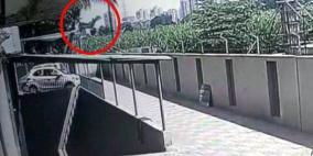 نجت بأعجوبة.. فيديو للحظة سقوط طفلة من الطابق 12