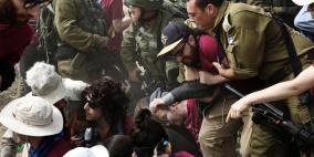 الاحتلال يعتقل متضامنين أجانب بالخليل بعد الاعتداء عليهم