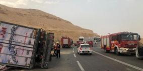 إصابة خطيرة جراء انقلاب شاحنة بالنقب