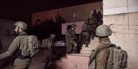 الاحتلال يعتقل فتاة ووالدها في الخليل و12 شابا في القدس