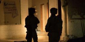اعتقالات تطال 13 مواطناً  بينهم طفل جريح