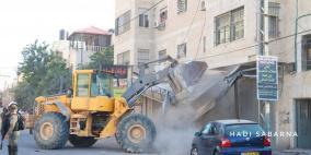 الاحتلال يشرع بعمليات هدم واسعة في محيط حاجز قلنديا