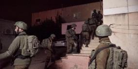 الاحتلال يعتقل مواطنا وزوجته ونجله شمال بيت لحم