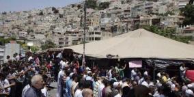 العشرات يؤدون صلاة الجمعة في  سلون أمام المتاجر المهدمة