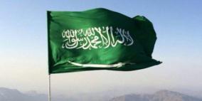 صحفي إسرائيلي يرفع علم السعودية في تل أبيب