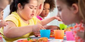 تناول الطعام بشراهة في الصغر يعجل الشيخوخة