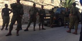 الاحتلال يغلق منزلا في شارع الشهداء بالبلدة القديمة من الخليل