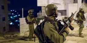 الاحتلال يَعتقل مواطنا ونجله من الخليل