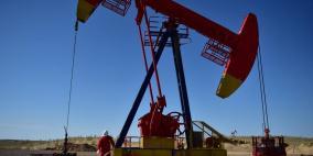 النفط ينزل لليوم الثالث وسط توترات تجارية