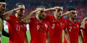 احتفل بطريقة غريبة.. أوروبا قد تعاقب المنتخب التركي
