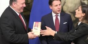 """فيديو.. صحفية إيطالية تحرج بومبيو بـ""""هدية"""" لم يتوقعها"""