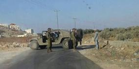 الاحتلال يغلق مدخل بلدة بيت أمر ويحرر مخالفات بحق السائقين