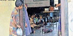 صورة لطفلة تختلس النظر إلى فصل دراسي تثير تعاطفا واسعا في الهند