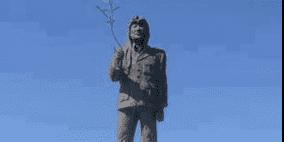 أول تمثال لعرفات في العالم ترفعه بلدة تبعد عن فلسطين 17 ساعة بالطائرة