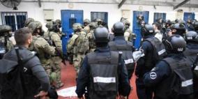 """قوات القمع تقتحم قسمي (10) و(11) في سجن """"عوفر"""""""