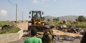 نابلس: الاحتلال يمنع شق طريق في زواتا ويستولي على جرافة