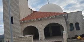 إعطاب إطارات  وشعارات عنصرية على جدار مسجد في الجليل