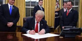 ترامب يوقع على حزمة مساعدات بتريليوني دولار لمواجهة كورونا