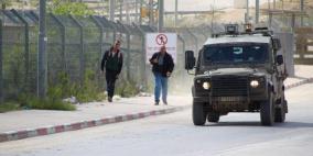 الاحتلال يفتح البوابات الحديدية أمام العمال العائدين لبيوتهم