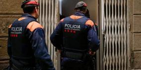 رجل عاري يهاجم الشرطة الإسبانية  بسيفين ويصرخ أنه مصاب بكورونا