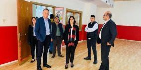 لجنة الطوارئ العليا تسلم وزارة الصحة مختبراً لفحص كورونا في نابلس