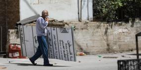 الاحتلال يزيل لافتات رسمية فلسطينية من كفر عقب وقلنديا