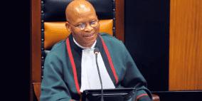 رئيس دستورية جنوب إفريقيا يتعرض لانتقادات بسبب تصريحات مؤيدة لإسرائيل