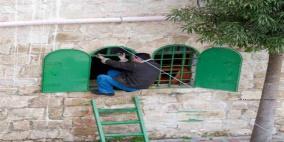 في فلسطين فقط..يتحول الشباك إلى باب المنزل