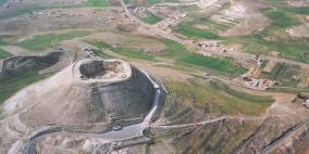 الاحتلال يغلق محيط جبل الفرديس بالأسلاك الشائكة