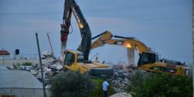 اخطارات بهدم 3 منازل وبركسات وبئر مياه في الولجة