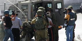 الخليل: قوات الاحتلال تعتقل شابا وتنصب حواجز عسكرية